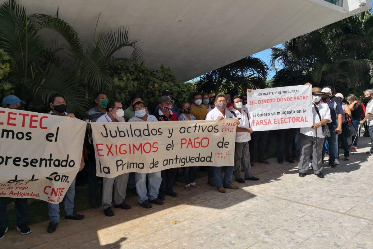 Protestan maestros jubilados, exigen pago de prima de antigüedad