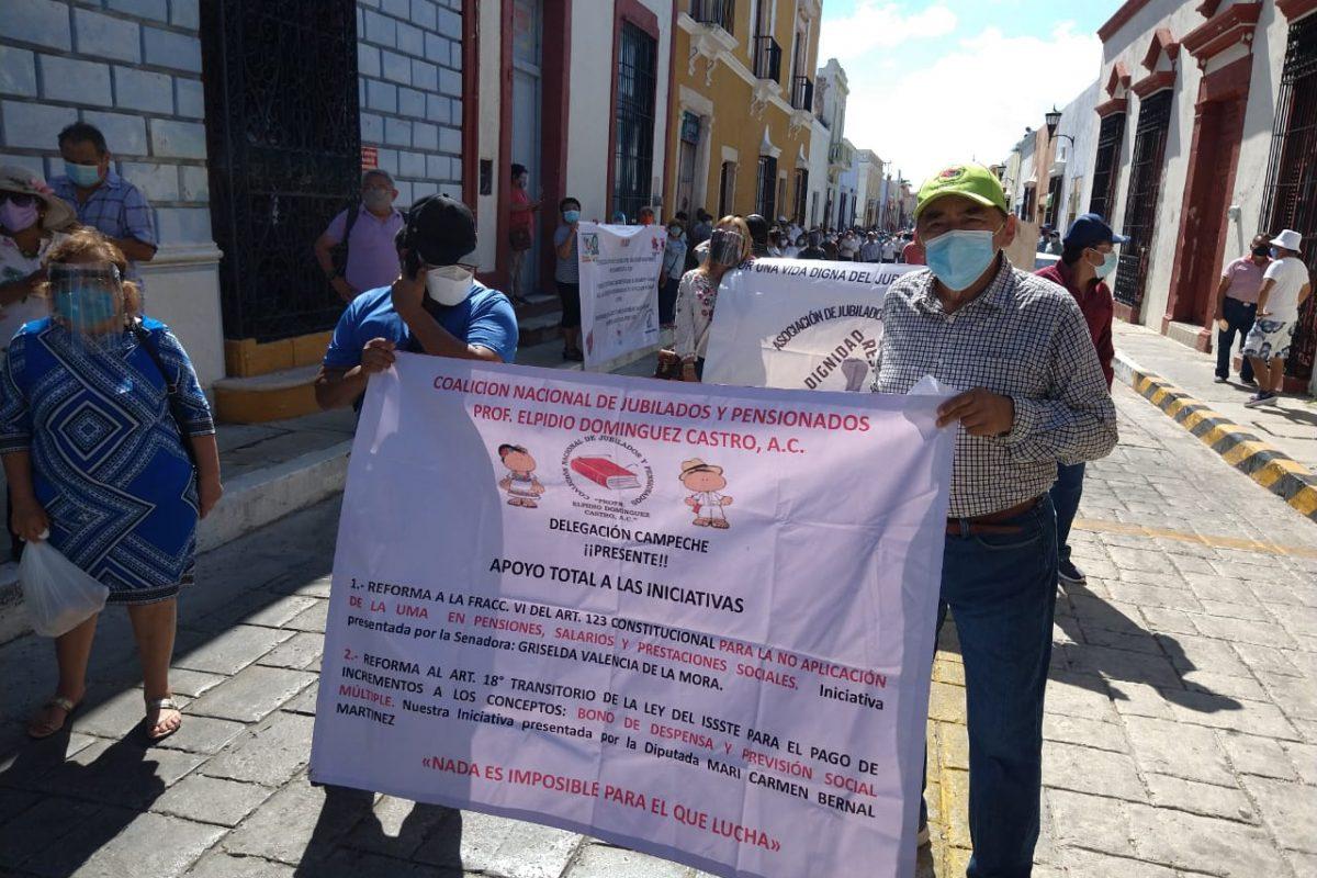 Marchan jubilados contra la SCJN por pensión en UMAS