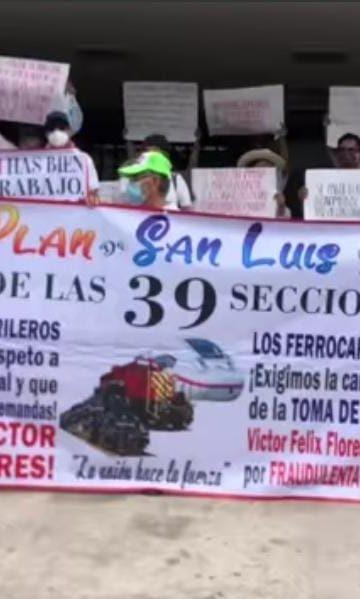 Se manifiestan ferrocarrileros en Palacio Federal