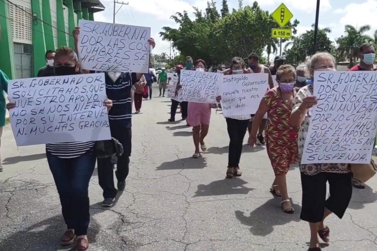 Marchan jubilados del Issste por suspensión de apoyos